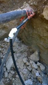 Sieltä se vesi tulee. ihan vasemmassa ylänurkassa näkyy tukossa oleva sähkökaapelin putki. (Tiedän, se on salaojaputki eikä keltainen kaapelinsuojaputki, mutta eipä ole meidän laittama putki)